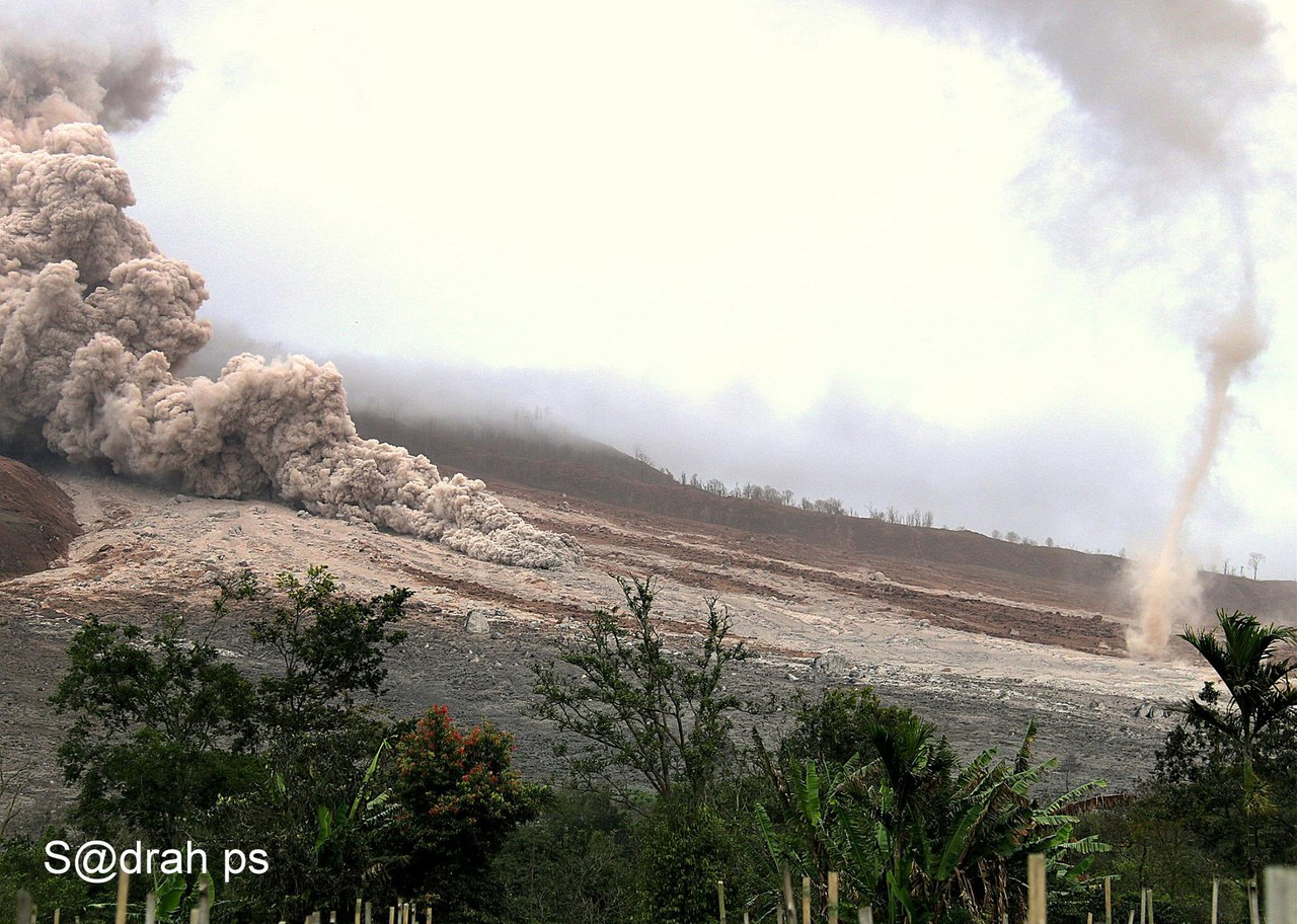 ash tornado sinabung, ash devil sinabung, sinabung volcano eruption november 1 2016, strong eruption sinabung volcano nov 1 2016, dust devil sinabung eruption, ash tornadoes form dring sinabung eruption november 2016