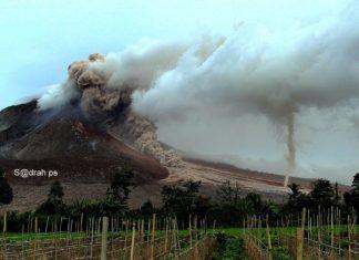 ash tornado sinabung, ash devil sinabung, sinabung volcano eruption november 1 2016, strong eruption sinabung volcano nov 1 2016, dust devil sinabung eruption, ash tornadoes form dring sinabung eruption november 2016