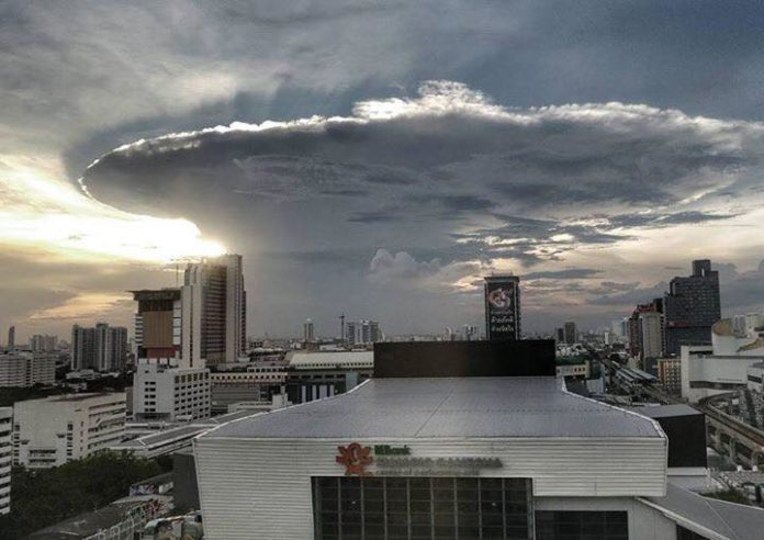 bangkok anvil cloud, anvil cloud bangkok, bangkok storm, bangkok giant anvil cloud november 1 2016, anvil cloud bangkok picture, giant anvil cloud bangkok november 1 2016 video