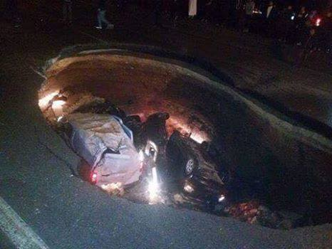 giant sinkhole swallows 5 cars algeria, sinkhole algeria, algeria sinkhole, algeria sinkhole highway, giant sinkhole swallows 5 cars algeria