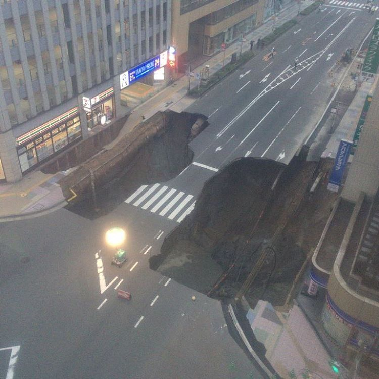 sinkhole japan fukuoka, sinkhole japan fukuoka video, sinkhole japan fukuoka pictures, sinkhole, japan, fukuoka, giant sinkhole sinkhole japan fukuoka, giant sinkhole swallows road in japan fukuoka