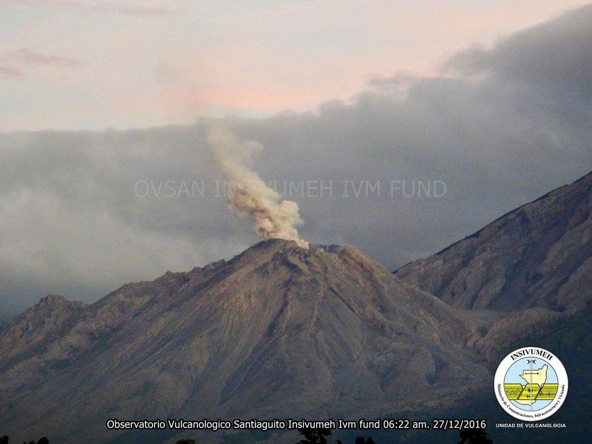 3 explosions and constant degasing at Santiaguito volcano on December 27, 2016.