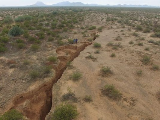 giant crack arizona, earth crack arizona, earth fissure arizona, giant earth fissure arizona desert january 2017, earth crack arizone drone video