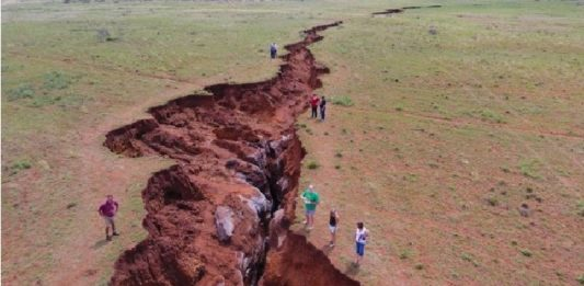 earth crack south africa, giant earth crack south africa, massive earth crack south africa, earth crack northern cape south africa, sinkhole northern cape south africa, erath collapse south africa