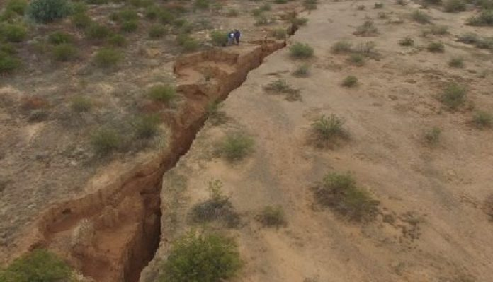crack arizona map, new crack discovered in Arizona, crack arizona video, giant crack arizona, earth crack arizona, earth fissure arizona, giant earth fissure arizona desert january 2017, earth crack arizone drone video