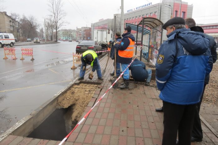 man swallowed by sinkhole at bus station in Russia, sinkhole swallows man russia video, man swallowed by sinkhole at bus station in Russia video, man swallowed by sinkhole russia video