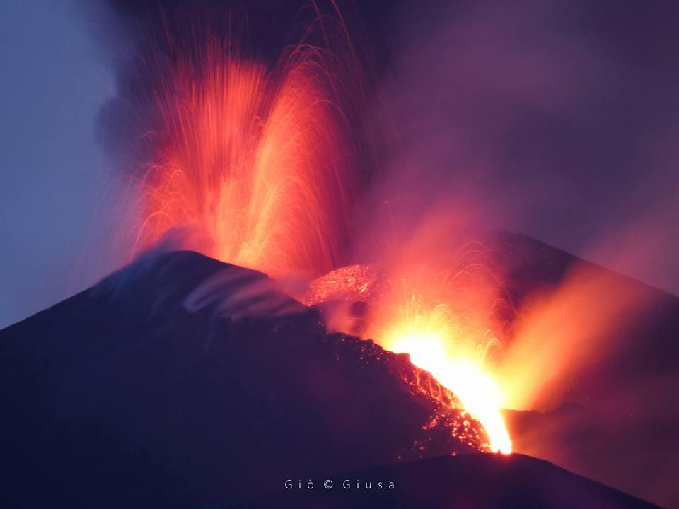 Nuova eruzione dell'Etna il 27 aprile 2017.