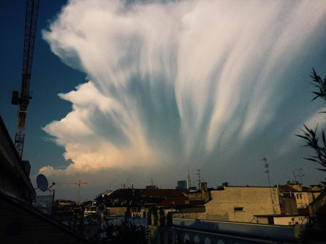 giant wall of cloud milan, giant wall of cloud milan pictures, strange sloud milan italy, italy giant wall of cloud