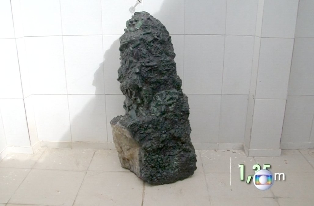 giant emerald brazil, This 4.3-foot tall emerald weighing 796 pounds was unearthed by miners in Bahia Brazil, huge emerald found in brazil, brazil emerald may 2017