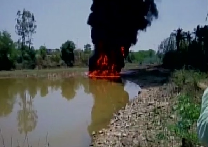 lake fire india, lake on fire india video, lake on fire india may 2017 video, lake on fire hassan india, india lake on ire