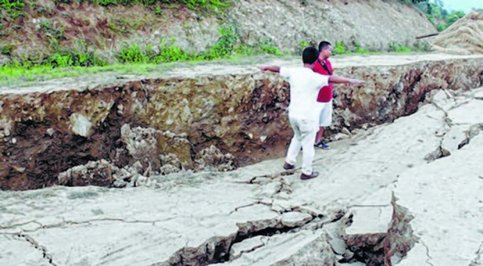 giant crack india manipur, A giant crack is growing and widening destroying tens of homes in Manipur India since June 4 2017, huge crack india june 2017, giant crack india manipur june 2017