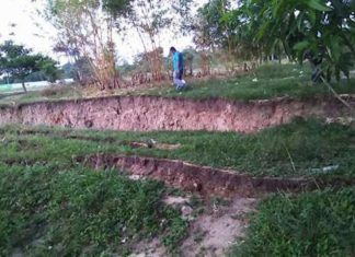 giant crack mexico M8.1 earthquake, giant crack mexico, giant cracks mexico earthquake, giant cracks appear after M8.1 earthquake in Mexico