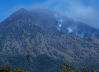 mount agung volcano eruption, mount agung volcano eruption video, mount agung volcano eruption pictures, evacuations ater high risk of mount agung eruption, thousands evacuated ater mount agung eruption