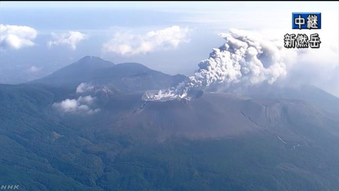 Kirishima volcano erupts for the first time in 6 years on October 11 2017, Shinmoedake volcano erupts for the first time in 6 years on October 11 2017
