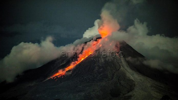 sinabung eruption night, sinabung eruption night pictures, sinabung eruption night video, sinabung eruption october 24 2017