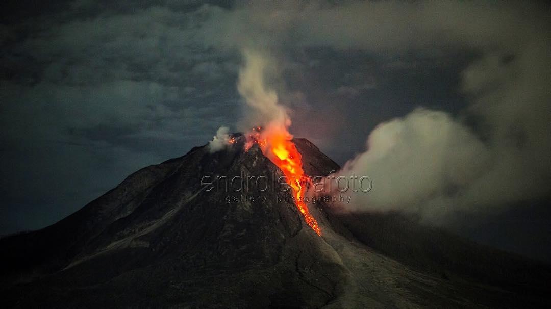 sinabung eruption night, sinabung eruption night pictures, sinabung eruption night video, sinabung eruption october 24 2017