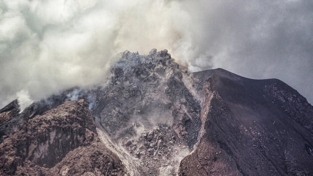Cone of Sinabung volcano collapses after eruption on October 24 2017, sinabung eruption night, sinabung eruption night pictures, sinabung eruption night video, sinabung eruption october 24 2017