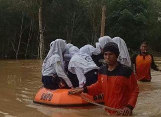 floods indonesia, dreamland floods bali video, dreamland beach floods bali video