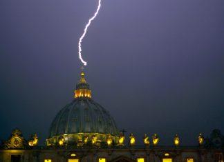 lightning vatican, lightning church, lightning kills thousands, lightning bolts kills 3000 people in Italy, lightning kills 4000 people in Greece