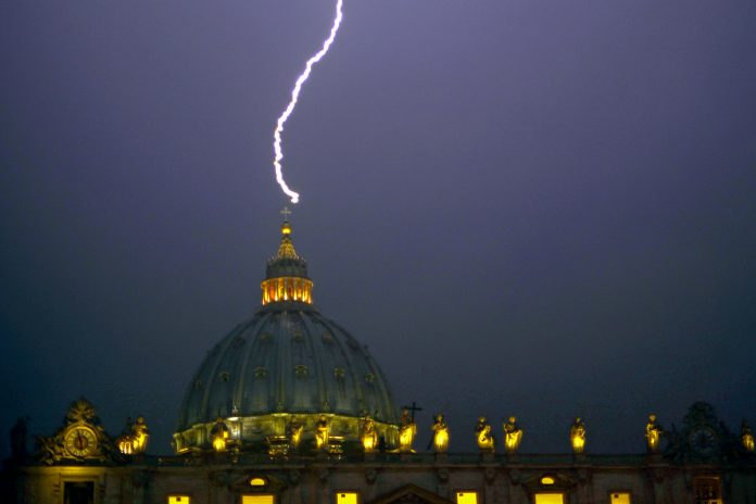 lightning vatican, lightning church, lightning kills thousands, lightning bolts kills 3000 people in Italy, lightning kills 4000 people in Greece