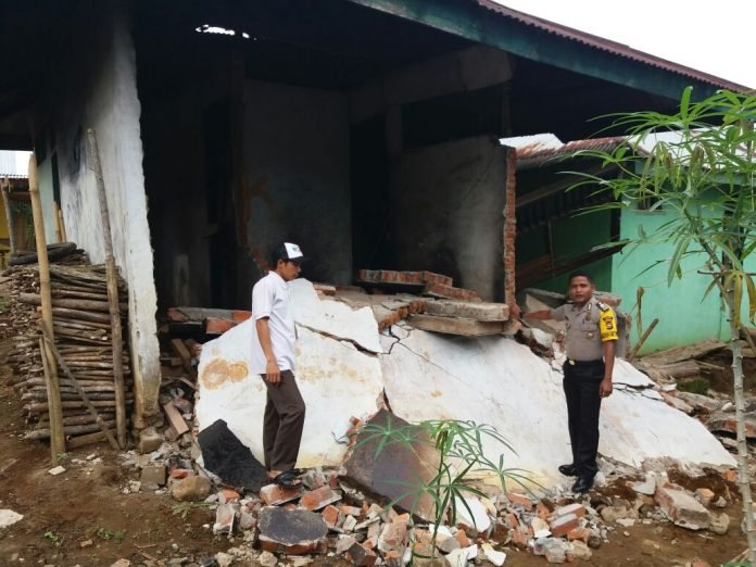 M5.1 earthquake heavily destroys houses in Indonesia