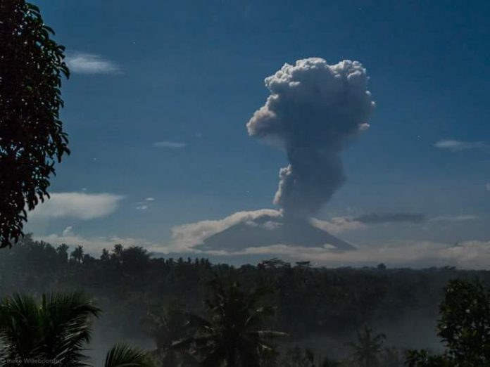 agung volcano eruption january 1 2018, agung volcano eruption january 1 2018 pictures, agung volcano eruption january 1 2018 video