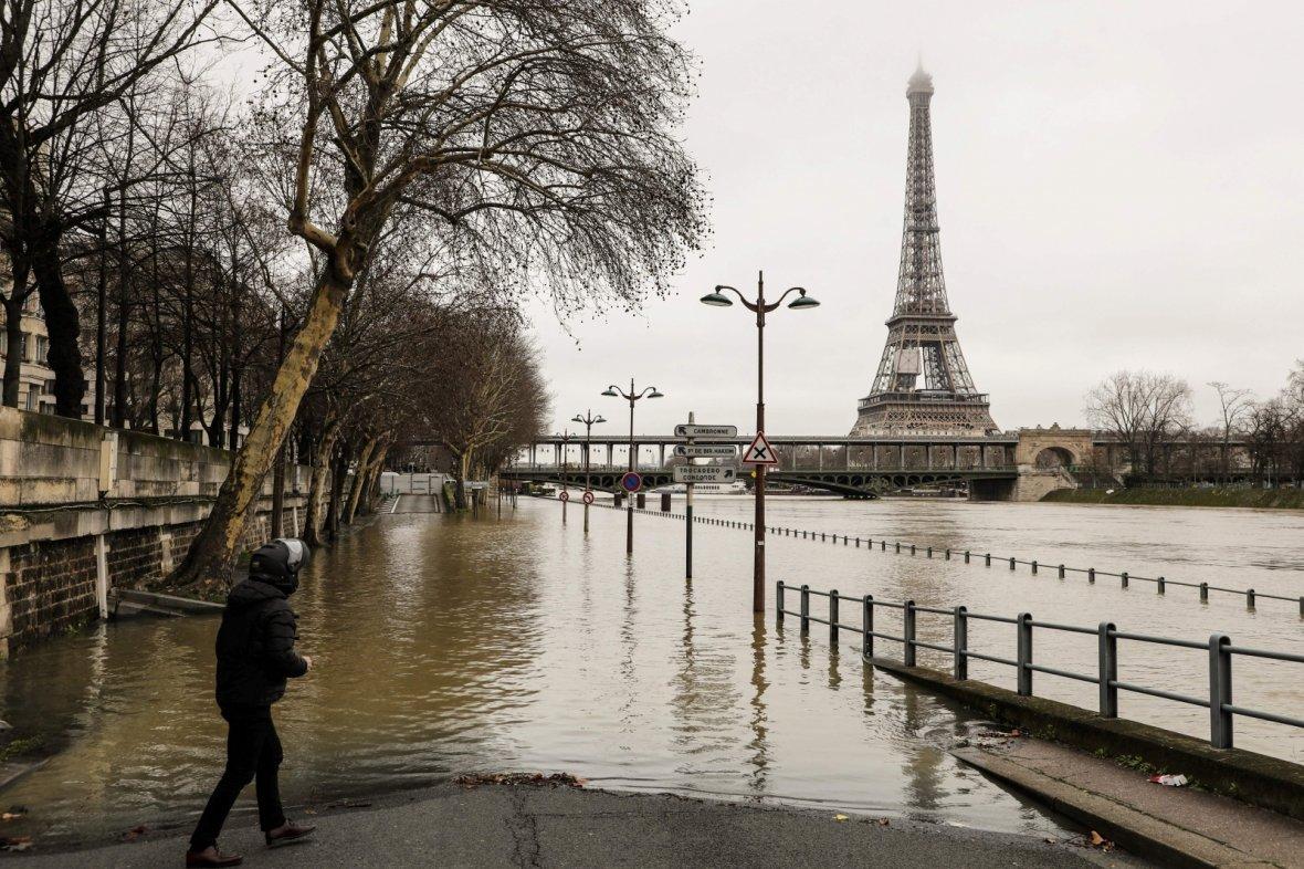Flooding in paris as river seine overflows its banks in for Paris paris paris