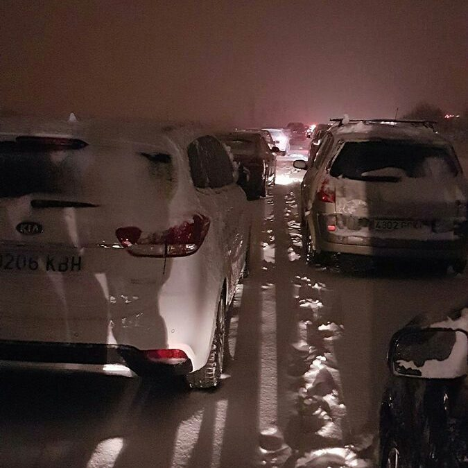 Spanish army called in as snow traps motorists in spain, Spanish army called in as snow traps motorists near madrid, snow madrid, snow spain madrid, Snow blocks thousands of cars on highway in Spain, snowstorm blocks