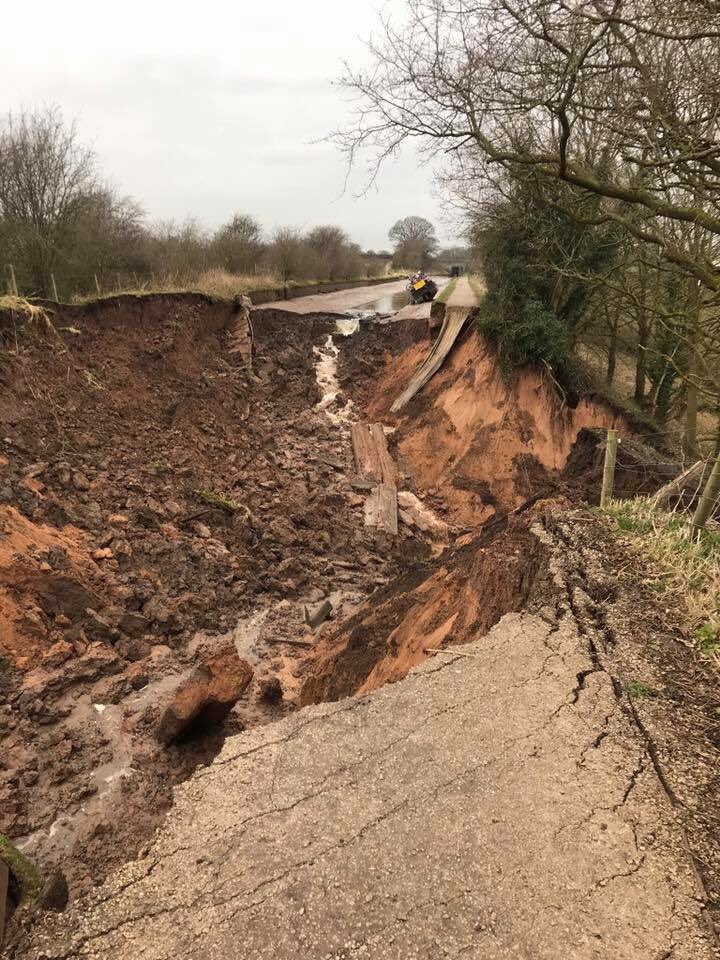 Canal completely drained after huge 100ft wide sinkhole opens up just feet from a boat in Cheshire, UK Cheshire-canal-sinkhole-1