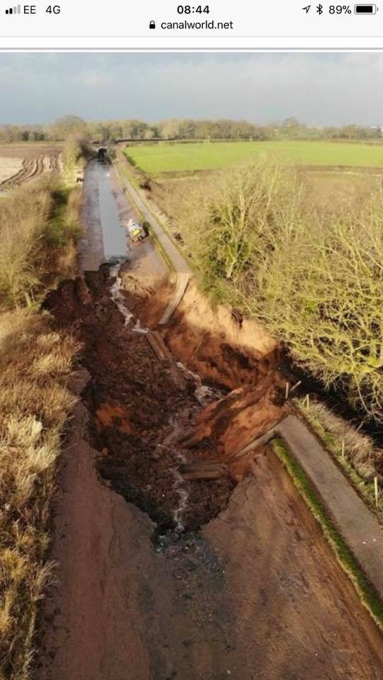 Canal completely drained after huge 100ft wide sinkhole opens up just feet from a boat in Cheshire, UK Cheshire-canal-sinkhole-2