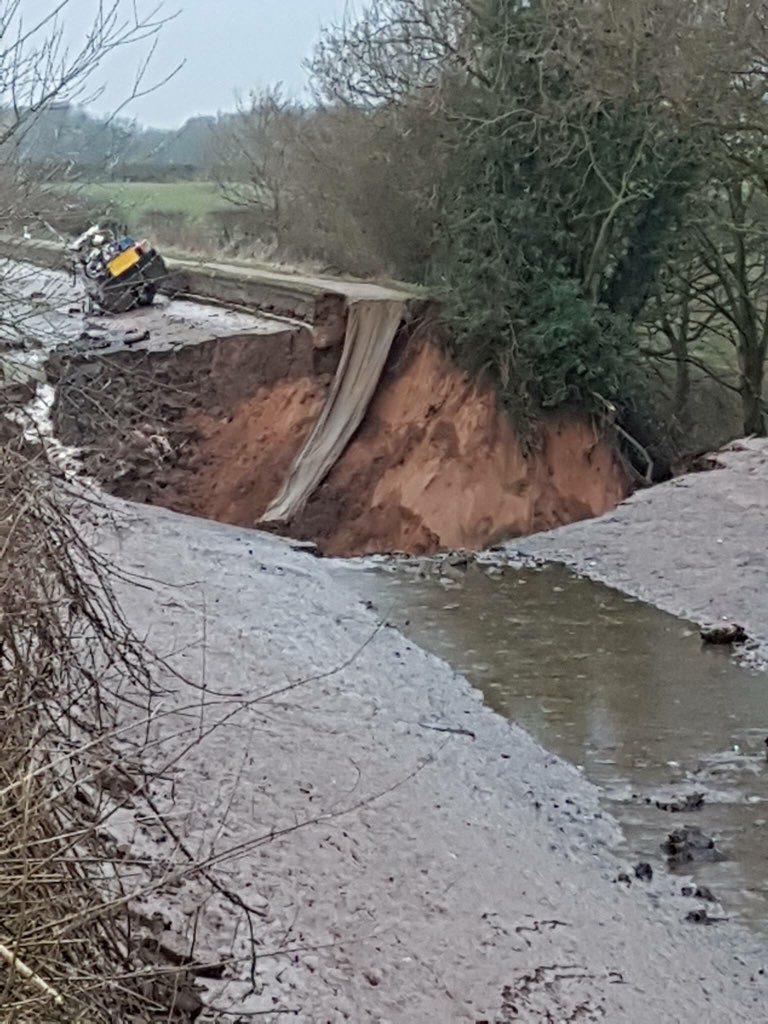 Canal completely drained after huge 100ft wide sinkhole opens up just feet from a boat in Cheshire, UK Cheshire-canal-sinkhole-768x1024