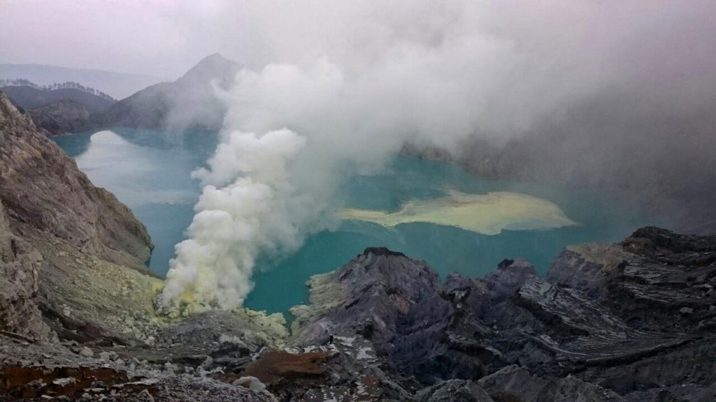 poisonous gas released kawah ijen explosion march 2018, gas poisoned 30 people kawah ijen, kawah ijen volcano explosion march 2018,