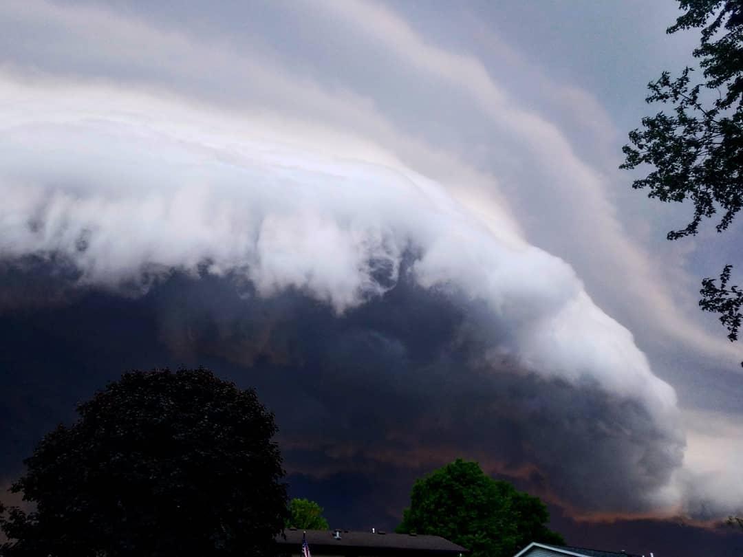 A terrifying bloody shelf cloud over Rochester, Minnesota ...