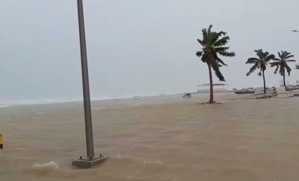 mekunu oman cyclone landfall may 2018, Mekunu landfall in Oman on May 25 and May 26 2018, mekunu oman historic cyclone landfall, mekunu oman historic cyclone may 2018, mekunu oman may 2018 pictures, mekunu oman landfall may 2018 video