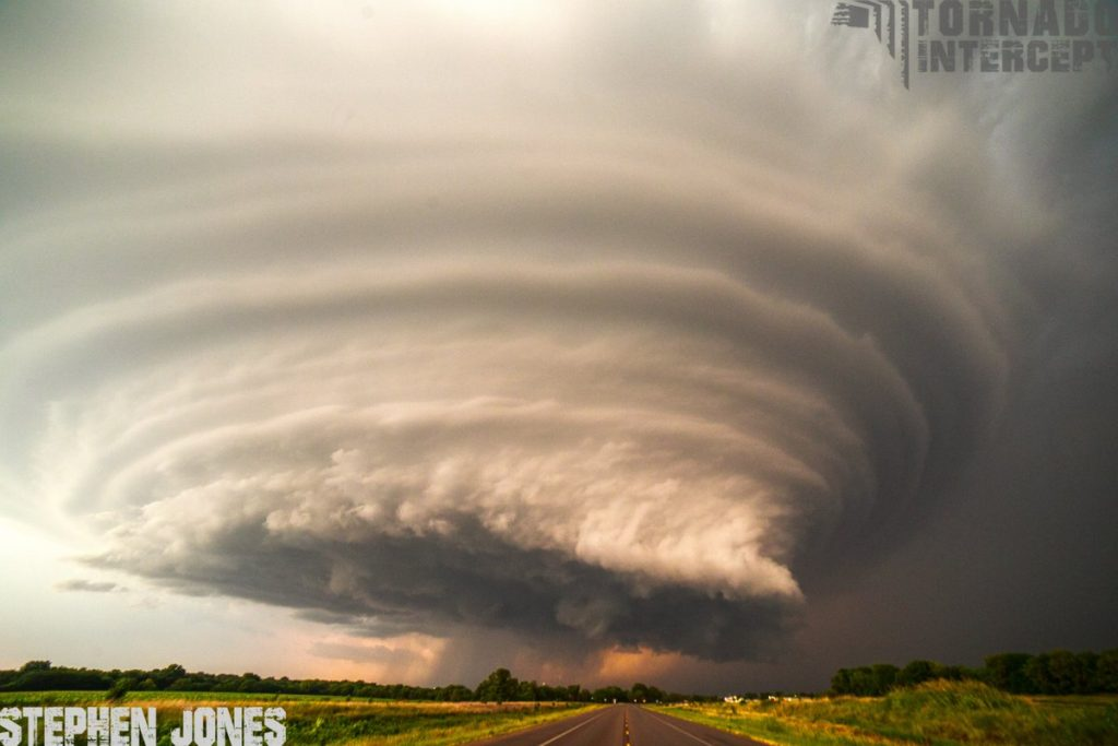 Insane structure on Mothership Supercell over Douglass in Kansas – heavy rain, large hail, destructive tornado Mothership-Supercell-kansas-1-1024x683