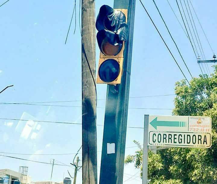It's so hot in Mexico right now that traffic lights are melting