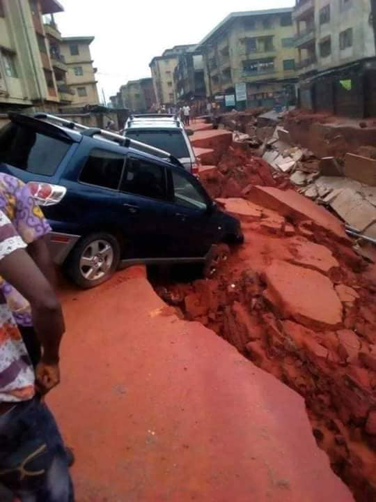 Intense monsoon rains destroy busy roads in Awada, Nigeria - Strange