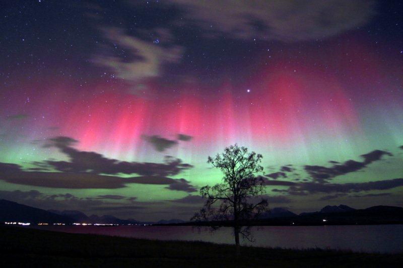 equinox cracks northern lights