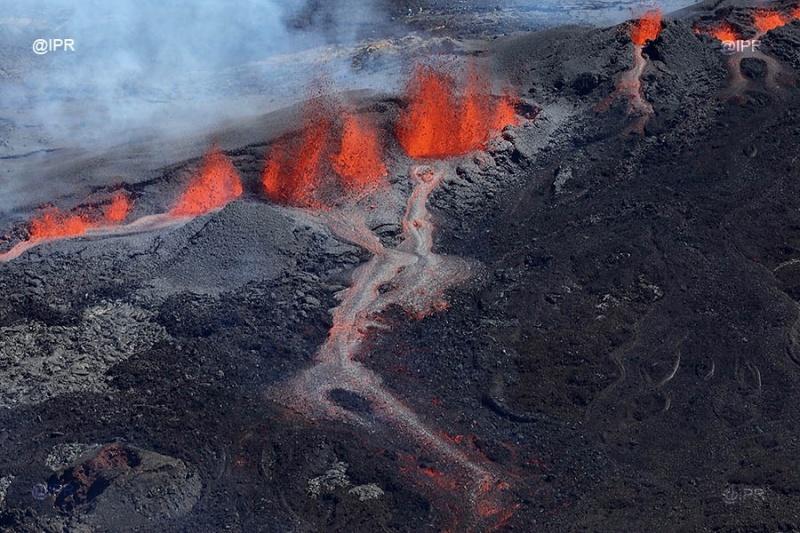 Volcanic eruptions worldwide Piton-de-la-fournaise-eruption-september-2018