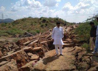 Huge cracks have destroyed a 1km long road in India, Huge cracks have destroyed a 1km long road near Polavaram site in India, road cracks polavaram india, road cracks polavaram india pictures, road cracks polavaram india video