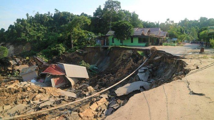 landslide indonesia swallows house, landslide indonesia swallows house video, landslide indonesia swallows house picture