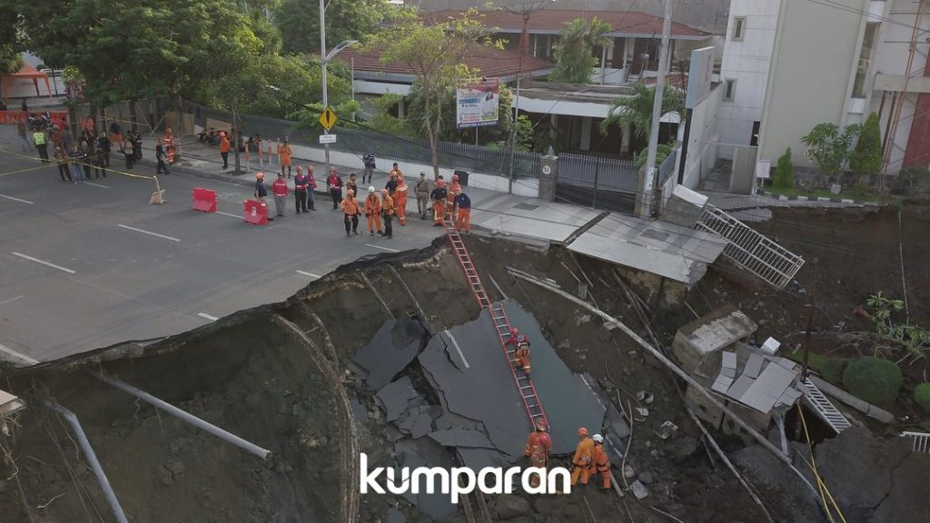 """I thought it was an earthquake"": Huge sinkhole swallows up part of a four-lane road in Indonesia Giant-sinkhole-indonesia-surabaya-1024x576"
