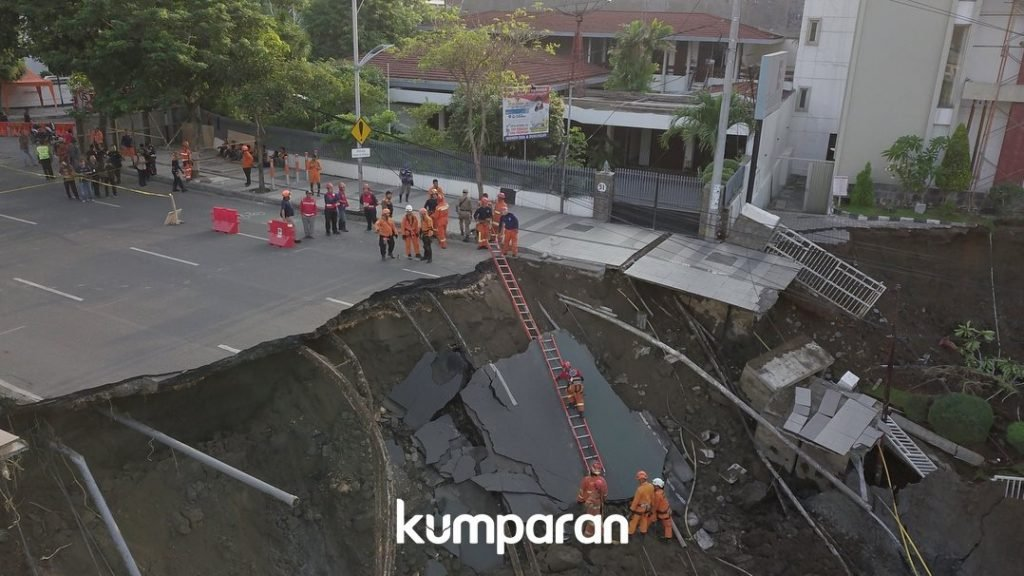 giant sinkhole indonesia surabaya, giant sinkhole indonesia surabaya video, giant sinkhole indonesia surabaya picture