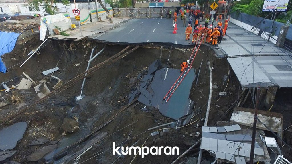 """I thought it was an earthquake"": Huge sinkhole swallows up part of a four-lane road in Indonesia Giant-sinkhole-indonesia-surabaya-3-1024x576"