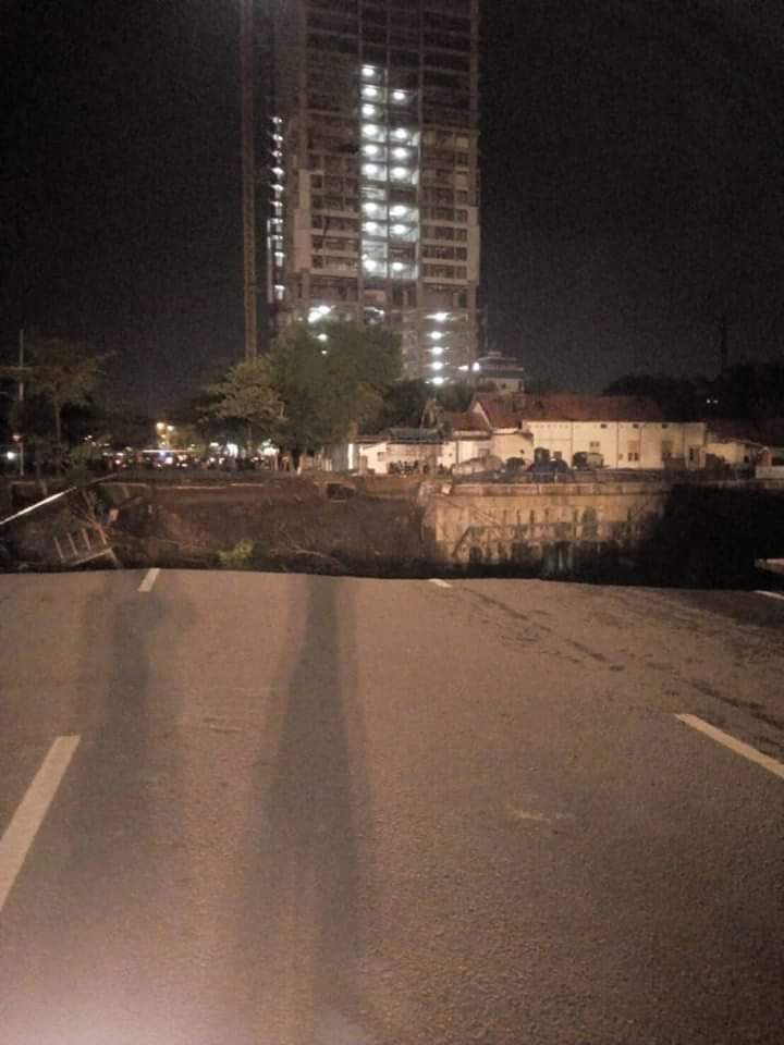 """I thought it was an earthquake"": Huge sinkhole swallows up part of a four-lane road in Indonesia Giant-sinkhole-indonesia-surabaya-4"