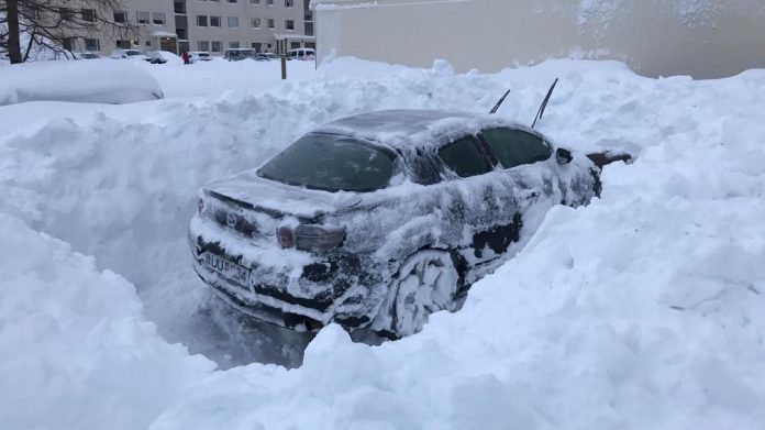 iceland snow record, Akureyri iceland snow record picture, car buried in snow in iceland, iceland record snow storm, record snow storm drops 105 centimeters of snow over Akureyri