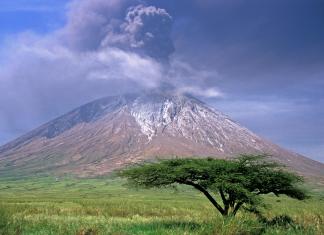 ol doinyo lengai volcano eruption, ol doinyo lengai volcano carbonatite eruption, strange ol doinyo lengai volcano eruption