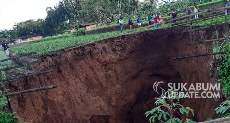 indonesia giant sinkhole, indonesia giant sinkhole video, indonesia giant sinkhole pictures