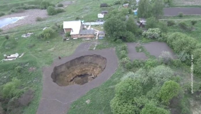 giant sinkhole opens up near building in Tula, Russia, giant sinkhole opens up near building in Tula, Russia video, giant sinkhole opens up near building in Tula, Russia pictures