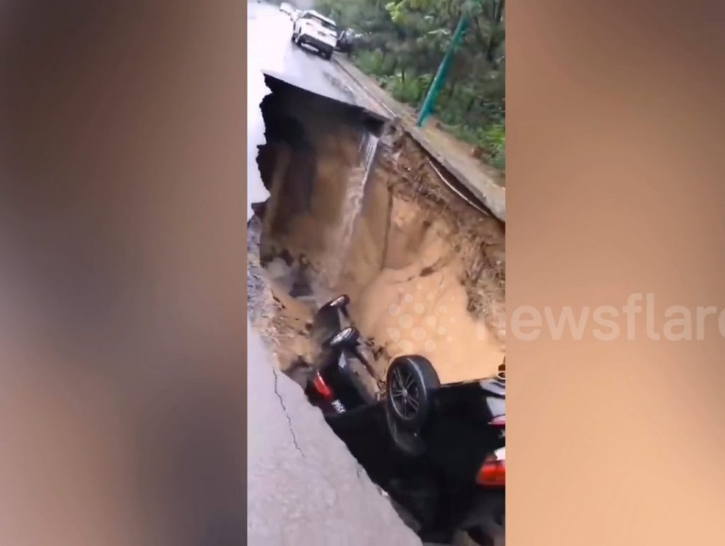 sinkhole swallows two cars, sinkhole swallows two cars video